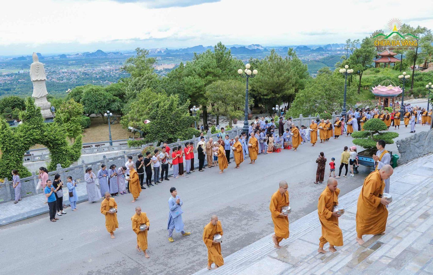 Chư Tăng chùa Ba Vàng khất thực ngày 2/9