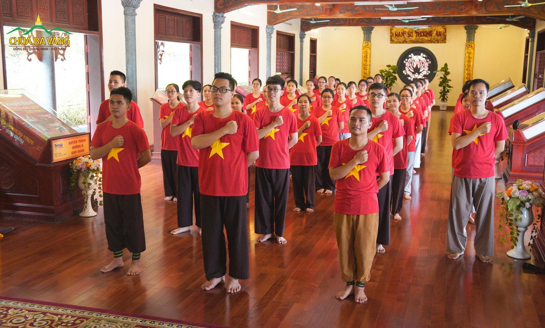 Các bạn trẻ hát Như có Bác Hồ trong ngày vui đại thắng tại nhà Thờ Tổ Chùa Ba Vàng