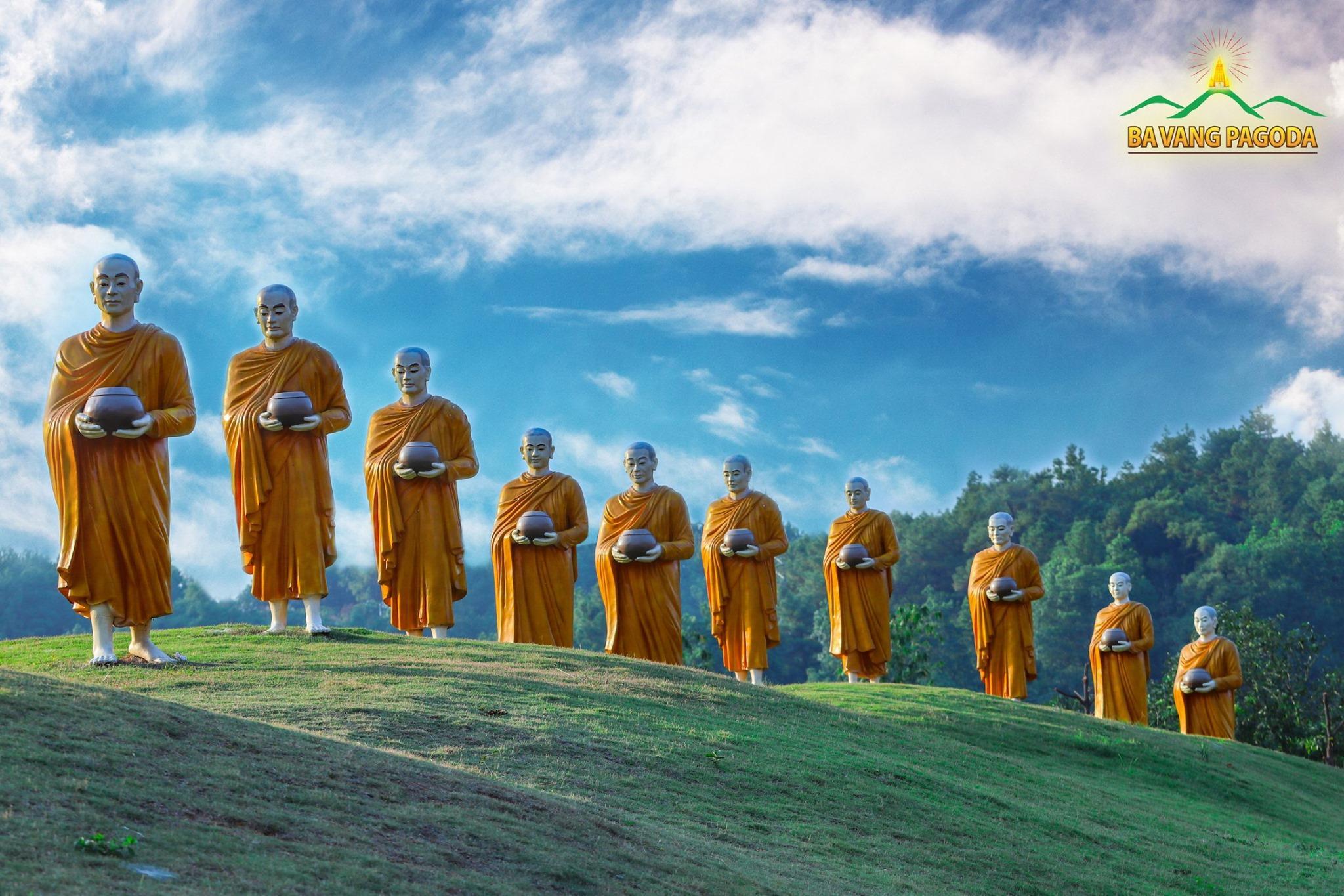 Cổng Đá tại chùa Ba Vàng với mười bức tượng Chư Tăng đi khất thực khắc họa truyền thống thời Đức Phật còn tại thế