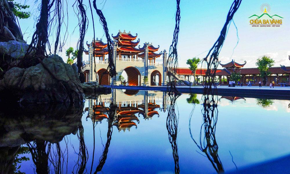 Công Tam quan nội chùa Ba Vàng nhìn từ Chính Điện