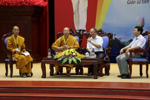 Giáo sư Hoàng Chí Bảo chia sẻ cùng các bạn khóa sinh Khóa Tu Mùa Hè tỉnh Lai Châu.