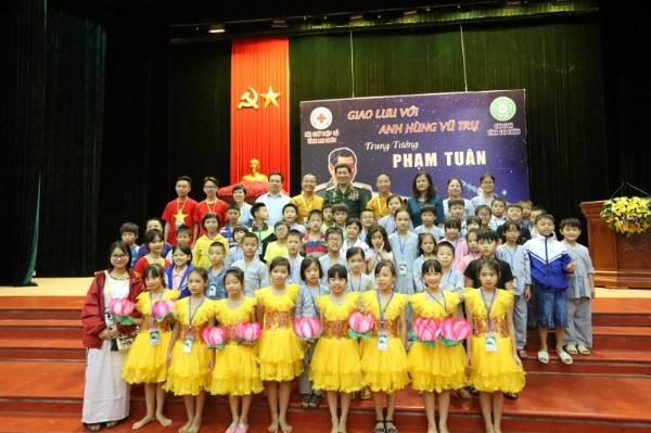 Các bạn khóa sinh Khóa Tu Mùa Hè tỉnh Lai Châu chụp ảnh lưu niệm cùng Trung tướng Phạm Tuân.