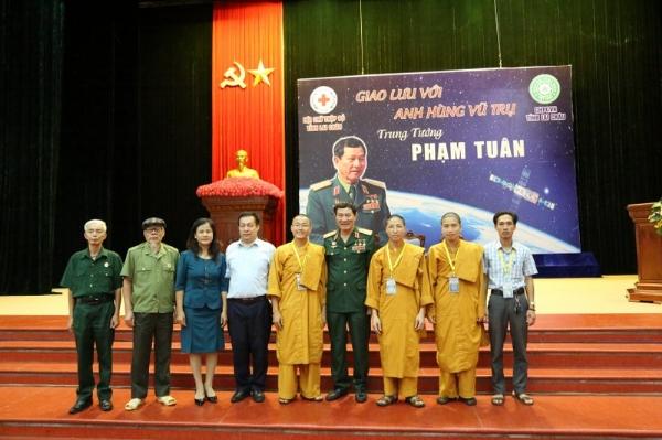 Anh hùng vũ trụ - Trung tướng Phạm Tuân chụp ảnh lưu niệm cùng Ban tổ chức Khóa Tu Mùa Hè tỉnh Lai Châu.