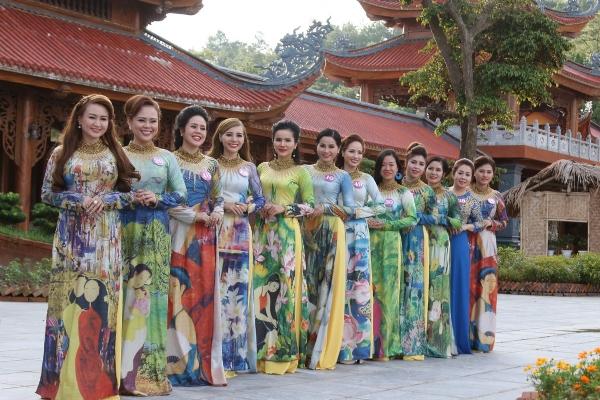 Phái đoàn cuộc thi Hoa Hậu Duyên Dáng Doanh Nhân Việt Nam 2017 về thăm chùa Ba Vàng.