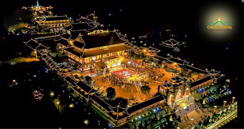 Toàn cảnh chùa Ba Vàng về đêm đẹp như tranh vẽ