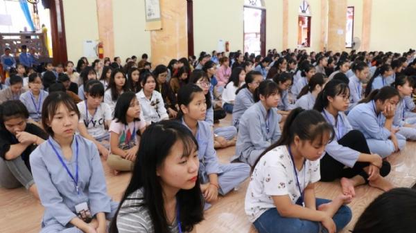 Toàn thể đại chúng chăm chú lắng nghe từng lời giảng của Sư Phụ Thích Trúc Thái Minh về câu chuyện Lời sám hối muộn màng.