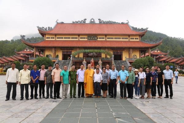 Phái đoàn đại biểu Công an tỉnh Xayabury nước Lào về thăm chùa Ba Vàng.