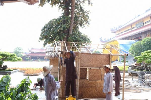 Các tiểu cảnh được dựng lên trên sân chánh điện chùa Ba Vàng.