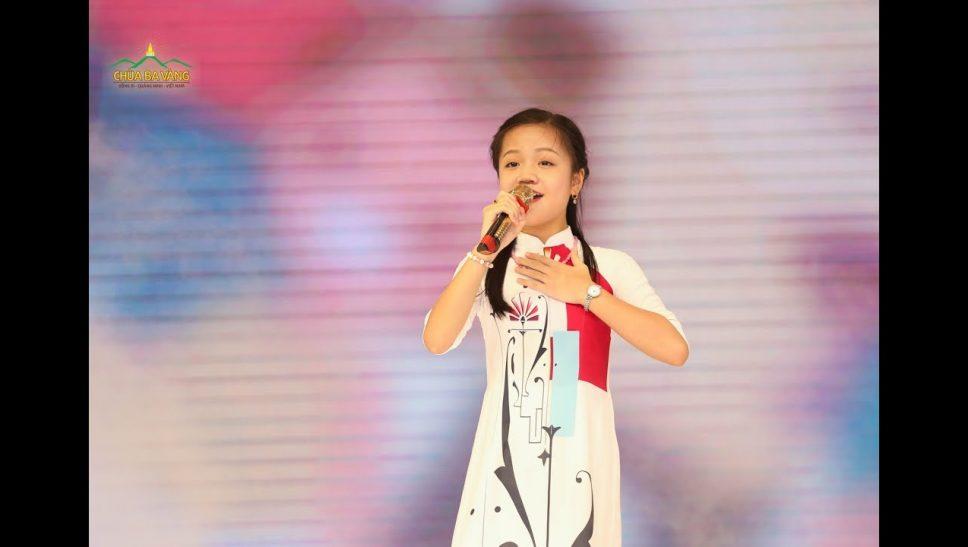 Ca nương nhí Tú Thanh hát ánh dương Ba Vàng trong lễ tổng kết khóa tu mùa hè chùa Ba Vàng