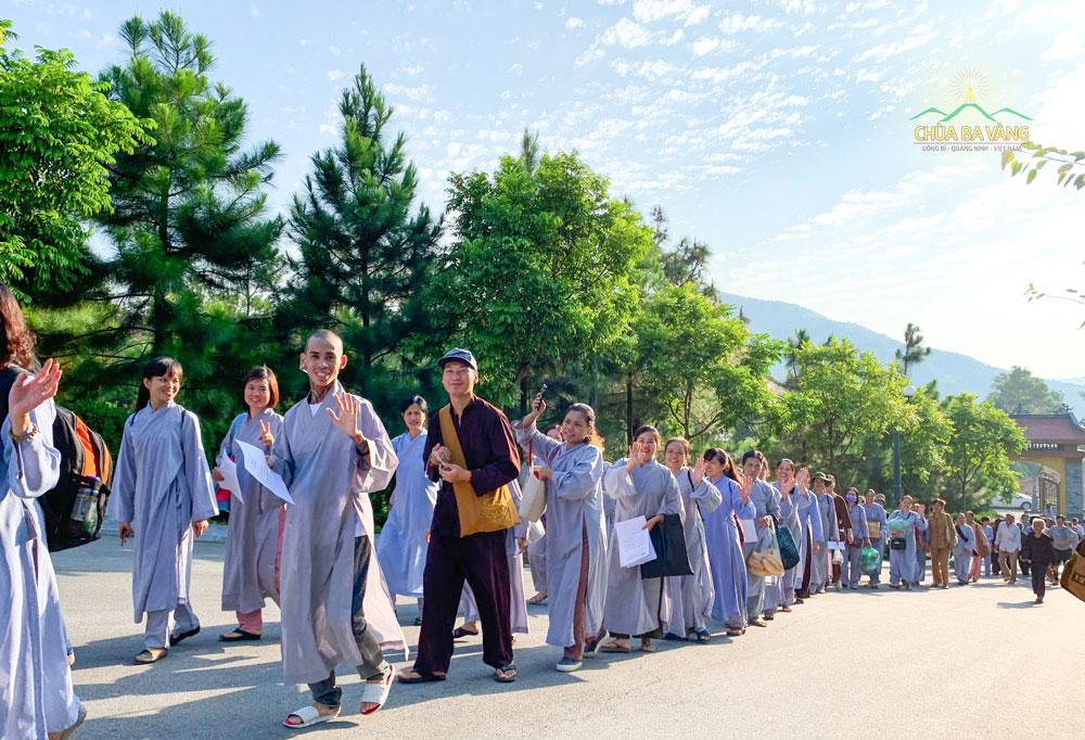 Ngay từ sáng sớm - đông đảo Phật tử về chùa tham dự thời khóa tu bát quan trai giới