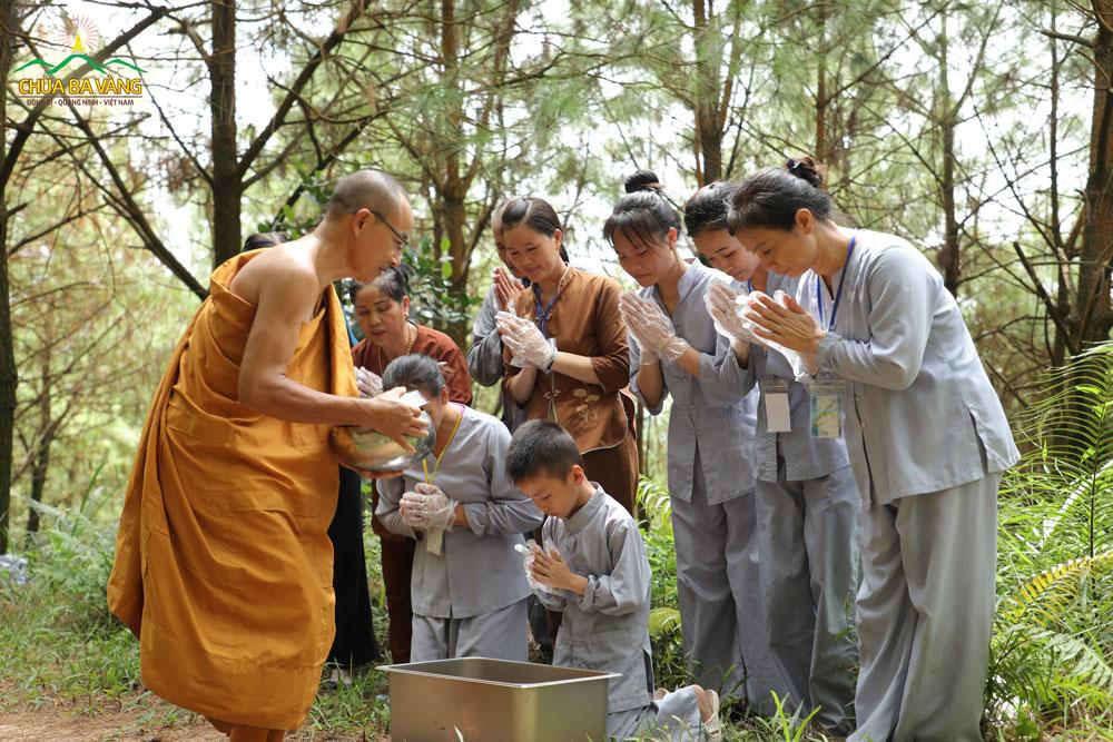 Phật tử nhí thành kính chắp tay cùng dường quý Thầy