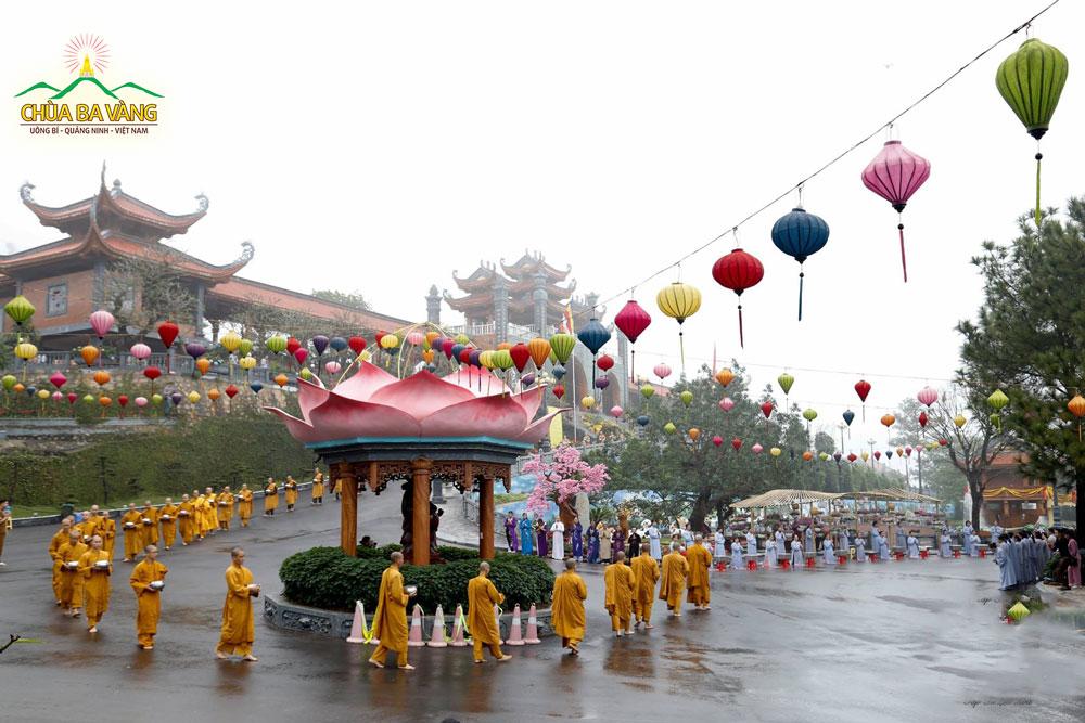 Mỗi khi đất nước có thiên tai thì các Phật tử chùa Ba Vàng sớt bát cúng dường chư Tăng để chuyển hóa thiên tai, dịch bệnh (Ảnh 2018)