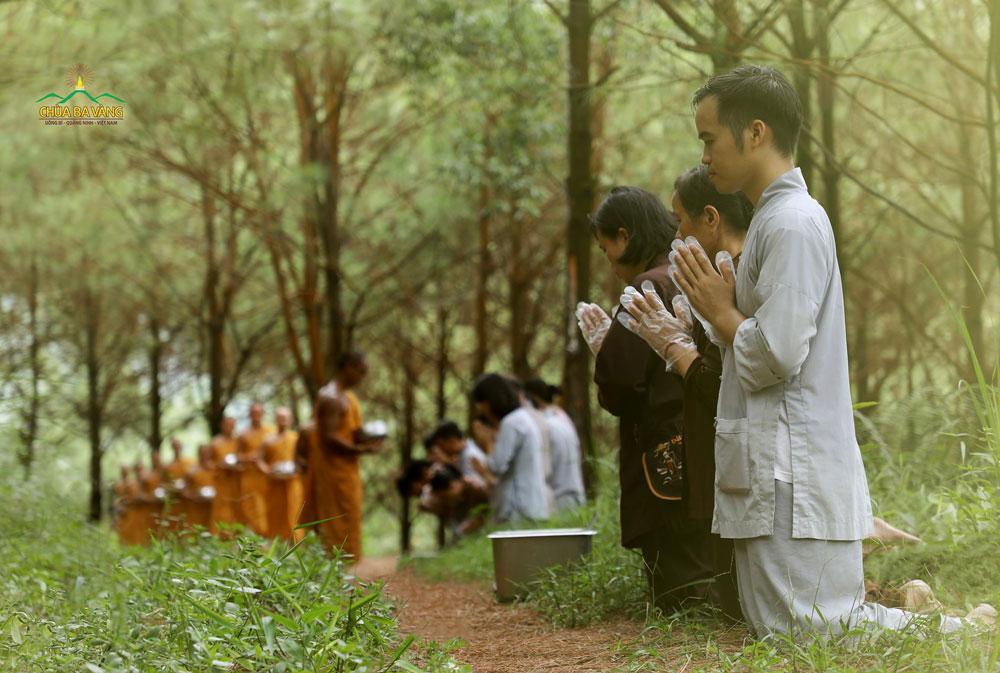 Phật tử chắp tay thành kính quý Thầy