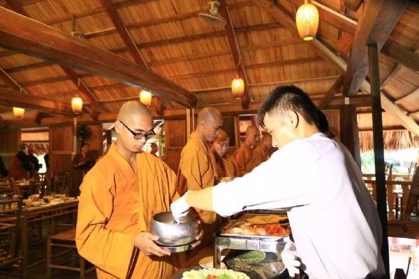 Công nhân viên công ty thành kính sớt bát cúng dường chư Tăng chùa Ba Vàng.