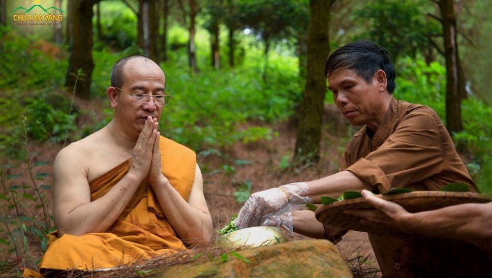 Phật tử cúng dường tới Sư Phụ Thích Trúc Thái Minh