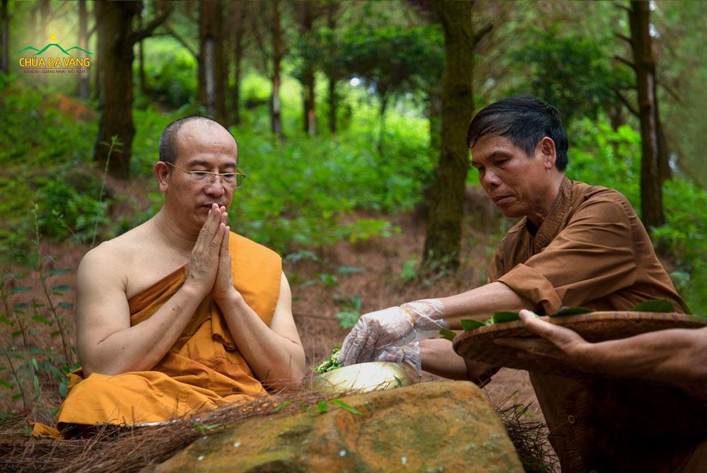 Phật tử cúng dường Sư Phụ Thích Trúc Thái Minh