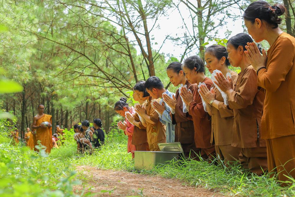Phật tử chắp tay trang nghiêm thành kính Tăng đoàn