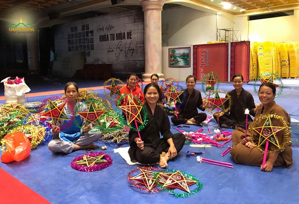 500 chiếc đèn ông sao đã được Phật tử chùa Ba Vàng chuẩn bị sẵn sàng cho tết trung thu