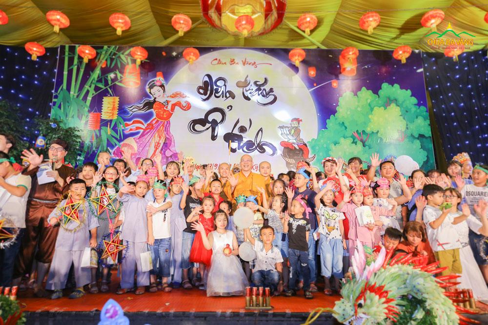 Các bé thiếu nhi chụp ảnh lưu niệm cùng với Sư Phụ Thích Trúc Thái Minh tại Đêm Trung Thu
