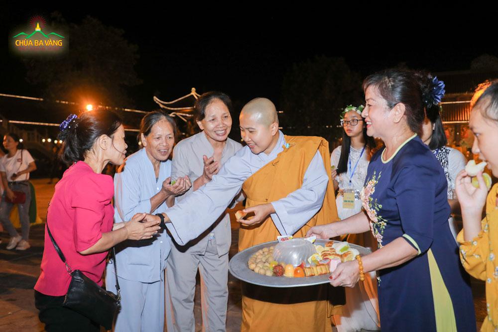 Chư Ni Chùa Ba Vàng phát quà cho các quý Phật tử