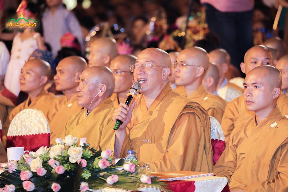Sư Phụ Thích Trúc Thái Minh trong đêm Trung thu chùa Ba Vàng