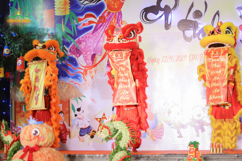 Tiết mục múa Lân tại chùa Ba Vàng