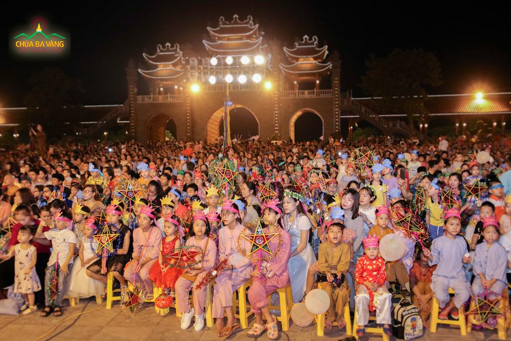 Đông đảo các em nhỏ về chùa tham dự đêm Trung thu