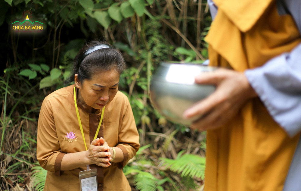 Nhũng giọt nước mắt của Phật tử đã rơi xuống khi được sớt bát cúng dường chư Ni