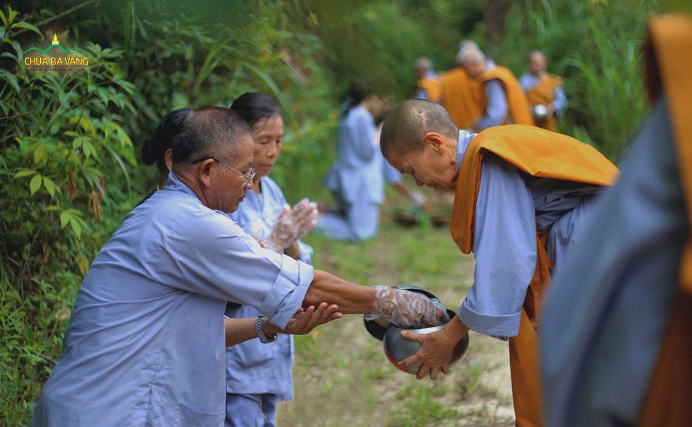 Phật tử trong CLB Cúc Vàng - Tập Tu Lục Hòa sớt bát cúng dường chư Ni - hồi hướng đến việc dập tắt cháy rừng Amazon
