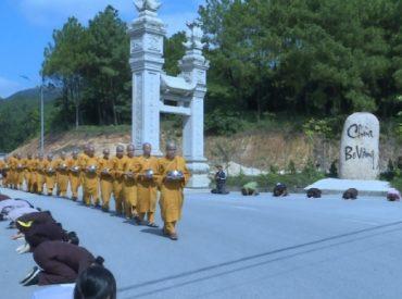 Các Phật tử thành kính cung đón những bước chân an lạc của chư Tăng