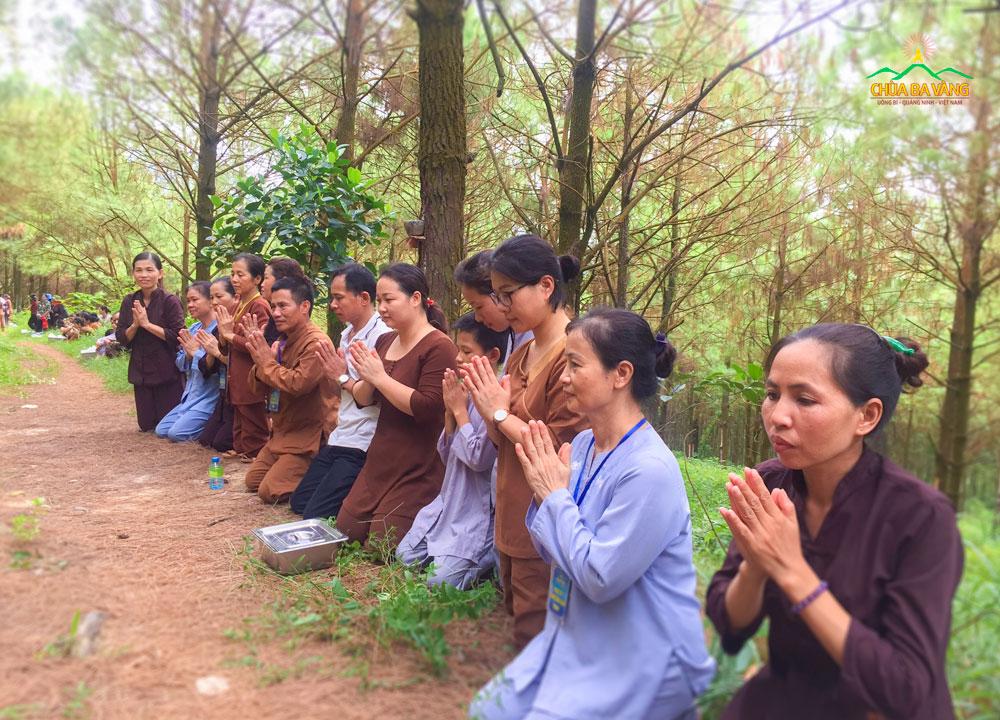 Cô Nguyễn Thị Lý cùng các đạo hữu trong buổi sớt bát cúng dường chư Tăng tu tập trong rừng