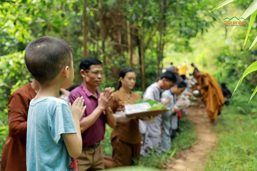 Phật tử nhí chắp tay thành kính Tăng đoàn đi khất thực