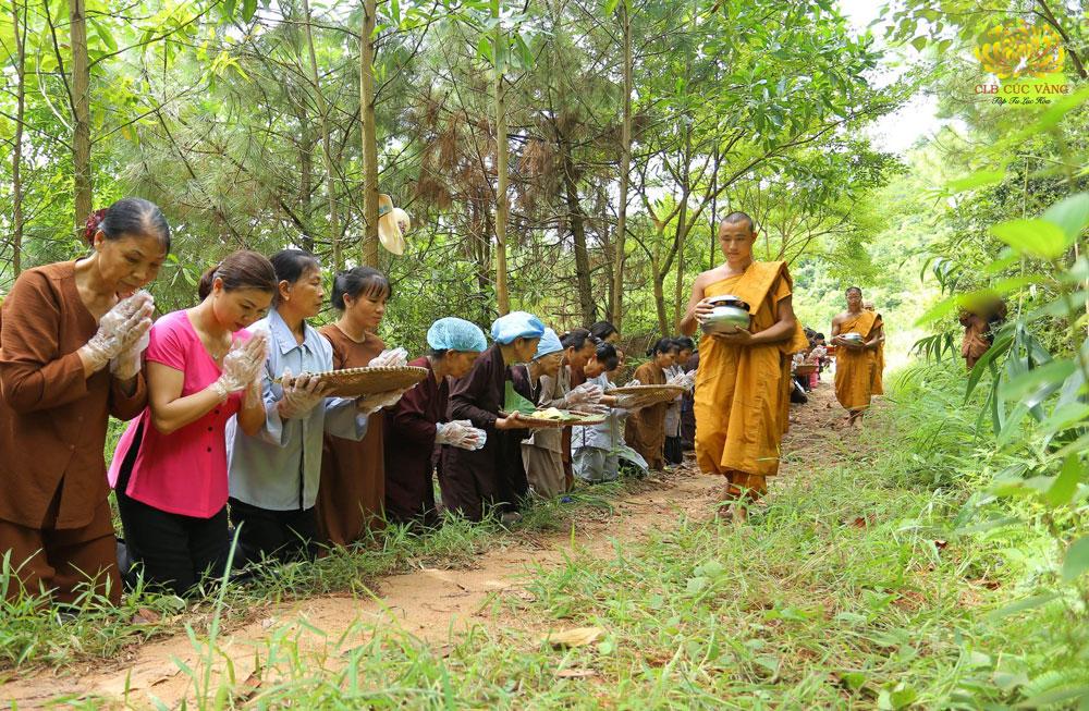 Phật tử cung kính chắp tay xá Tăng đoàn khất thực