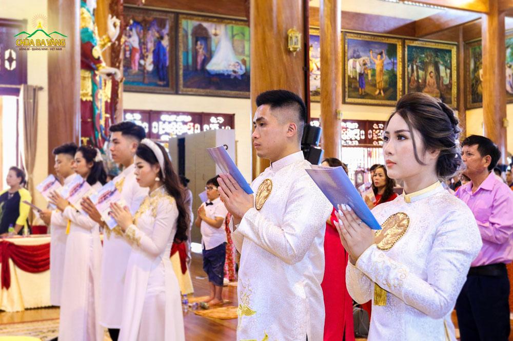 Tân nương lắng nghe Sư Phụ giảng về bổn phận của người làm vợ trong buổi Lễ Hằng Thuận