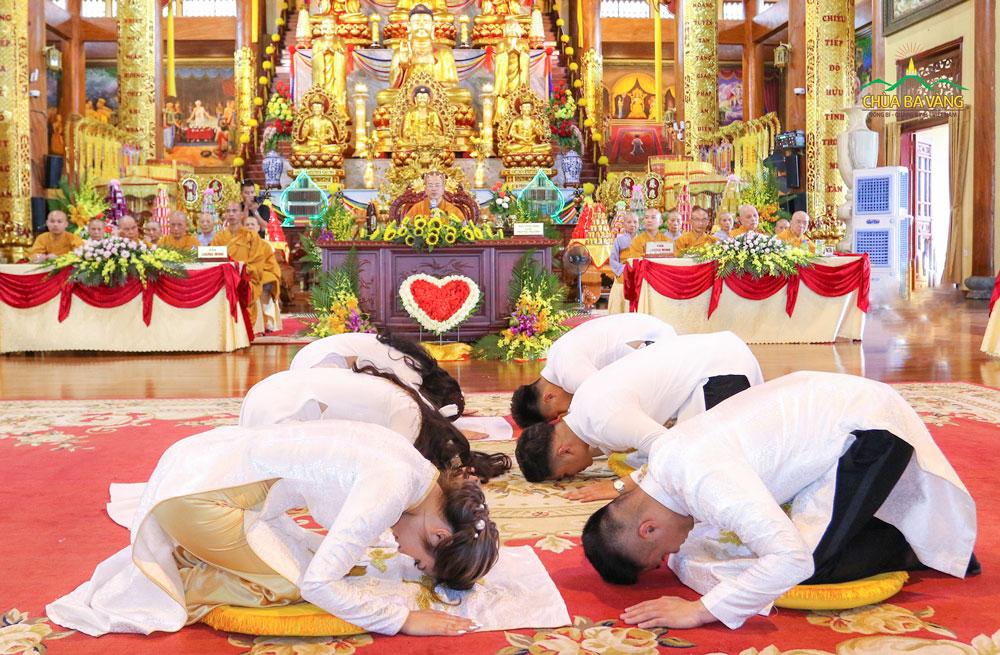 Tân lang - Tân nương đảnh lễ nhau trong buổi lễ Hằng Thuận tại chùa Ba Vàng