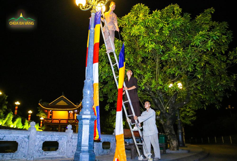 Các Phật tử treo cờ Phật giáo chào mừng ngày Đại lễ giỗ Tổ