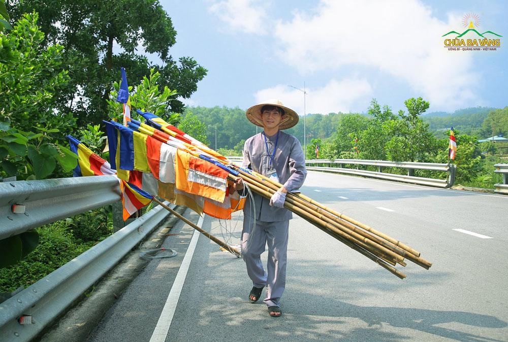 Những lá cờ Phật giáo đã được Phật tử cắm dọc theo tuyến đường lên chùa
