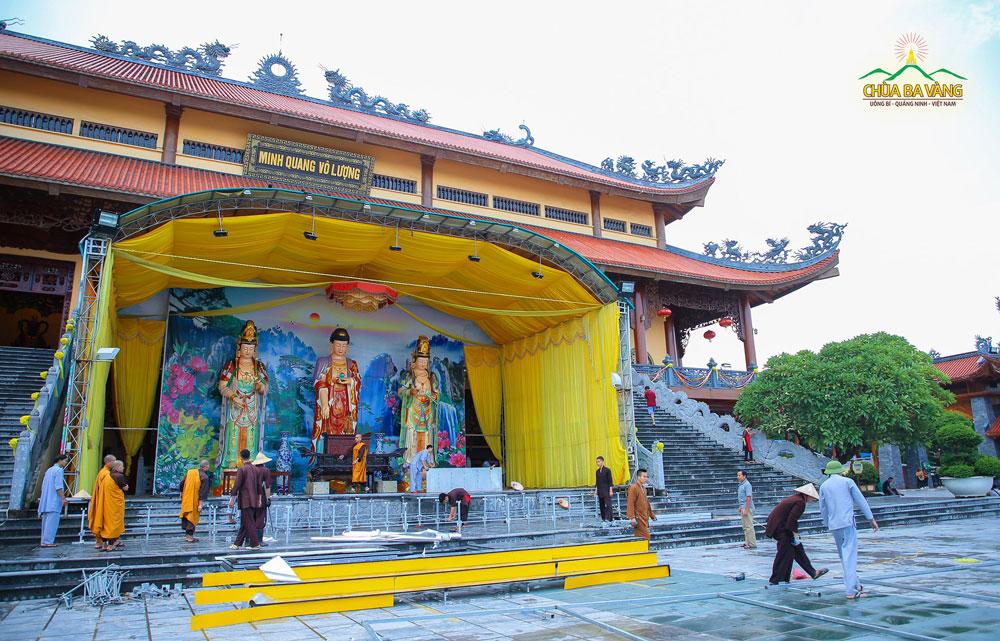Chư Tăng và Phật tử chuẩn bị sân khấu cho ngày Đại lễ