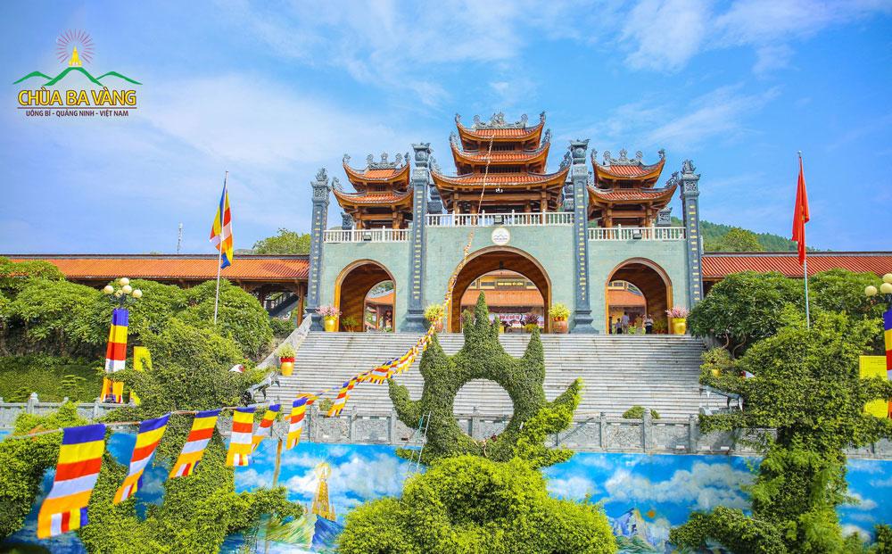 Khu vực cổng Tam Quan chùa Ba Vàng trước thềm Đại lễ giỗ Tổ