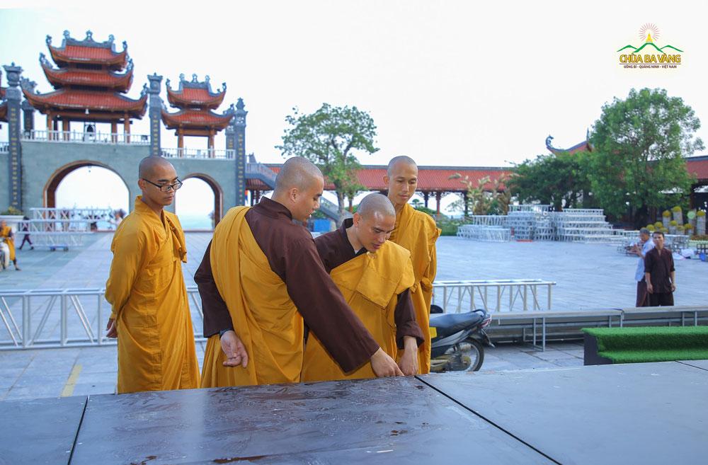 Chư Tăng chùa Ba Vàng cùng nhau đóng góp ý kiến cho công việc chuẩn bị Đại lễ giõ Tổ nhanh chóng hoàn thiện