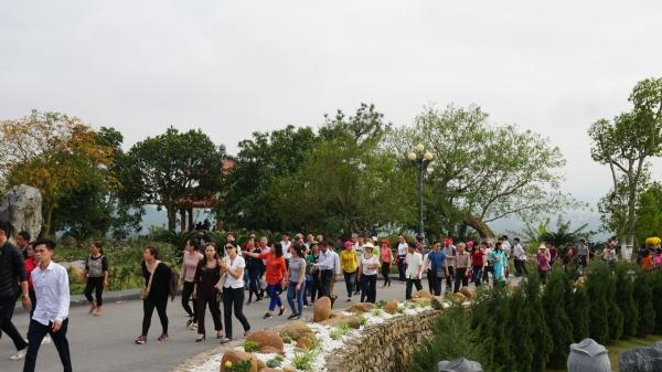 Đầu năm mới đông đảo du khách về chùa thăm quan, lễ Phật.