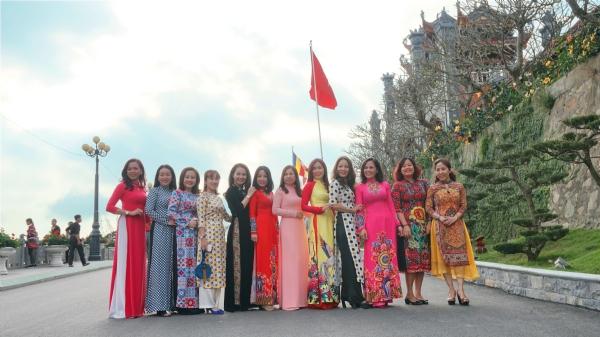 Du khách hành hương về chùa thăm quan, lễ Phật trong những tà áo dài Việt Nam