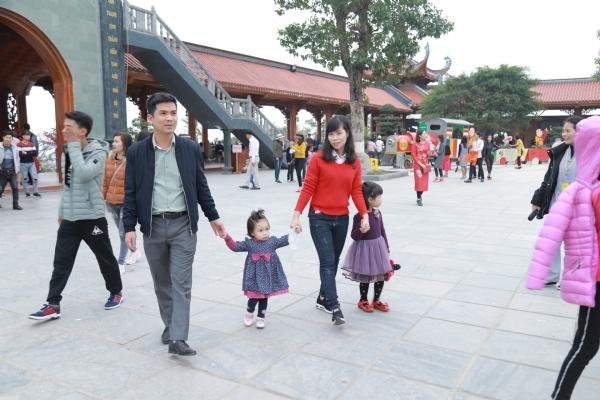 Các gia đình cùng nhau về chùa lễ Phật đầu xuân năm mới