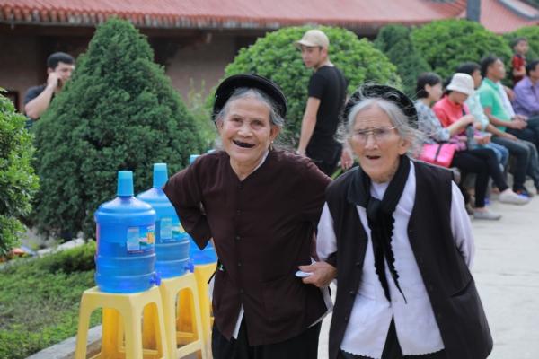 Mùa xuân an vui các cụ già cùng nhau về chùa thăm quan lễ Phật