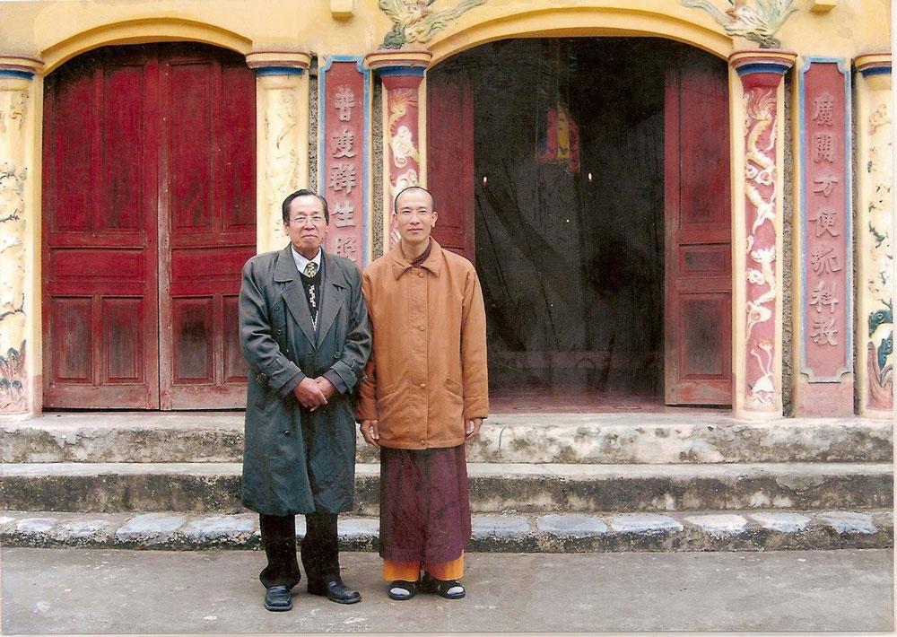 Sư Phụ Thích Trúc Thái Minh và thân phụ chụp ảnh tại chùa cũ