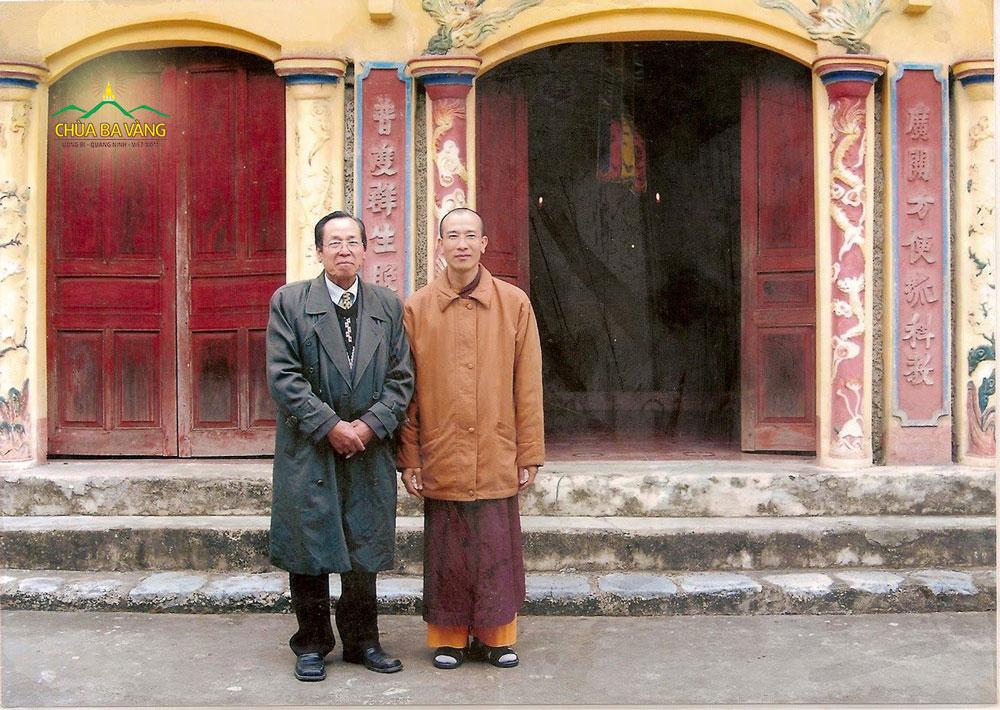 Sư Phụ Thích Trúc Thái Minh và thân phụ chụp ảnh tại chùa Ba Vàng cũ