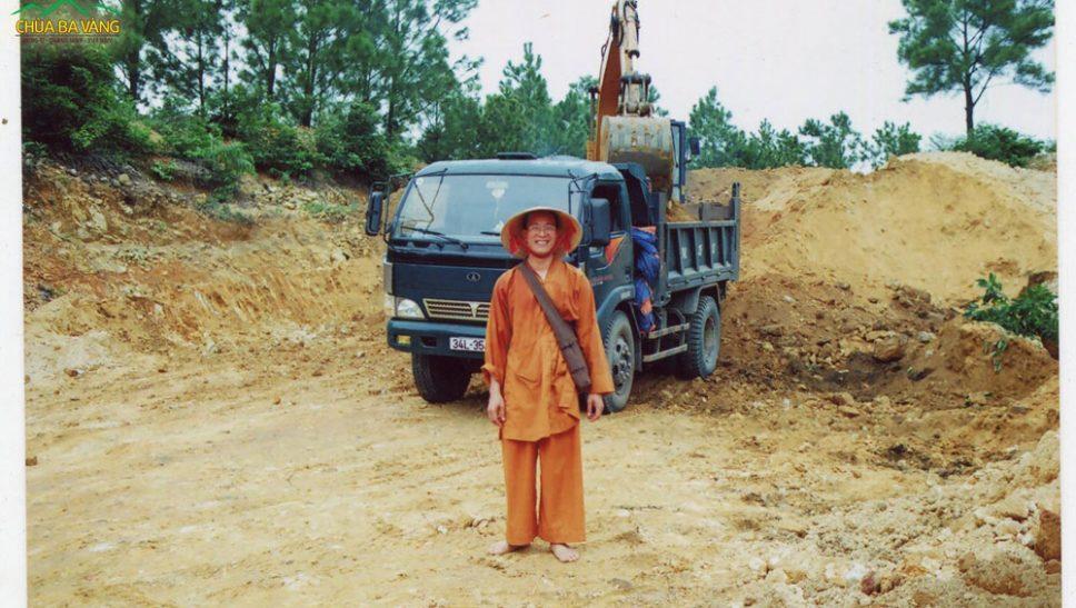 Sư Phụ Thích Trúc Thái Minh trong công tác trùng tu chùa Ba Vàng
