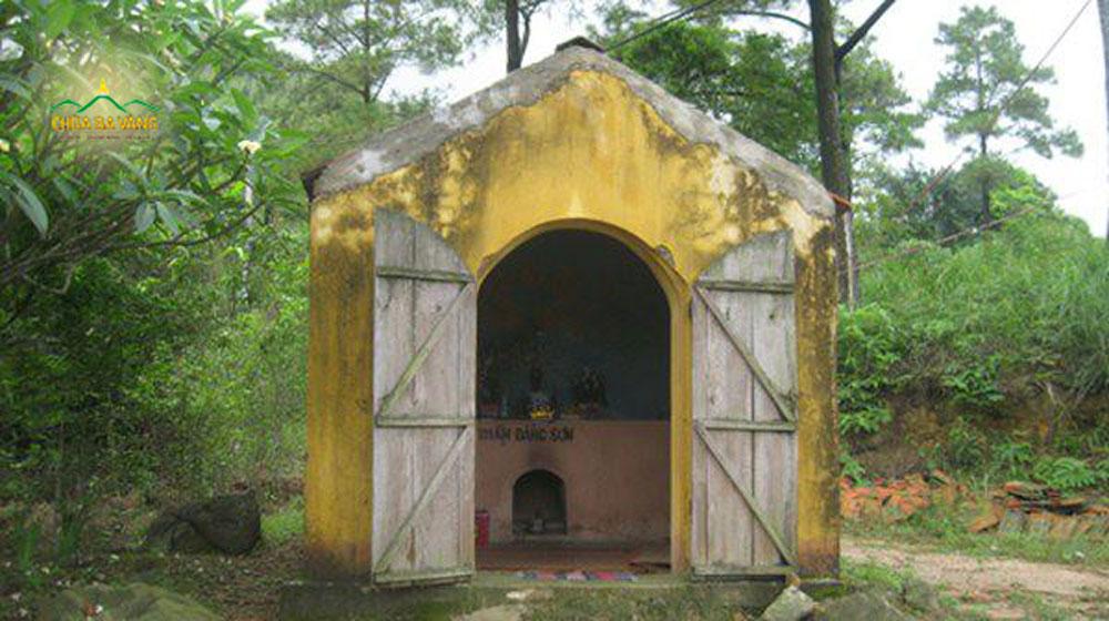 Ngôi miếu nhỏ tại chùa Ba Vàng cũ