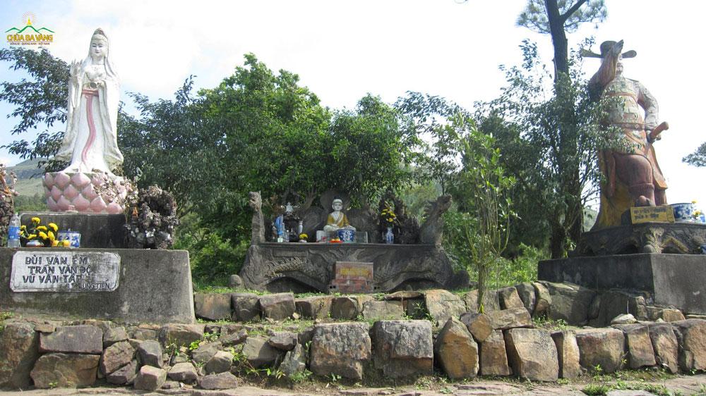 Các tôn tượng được thờ tại chùa cũ