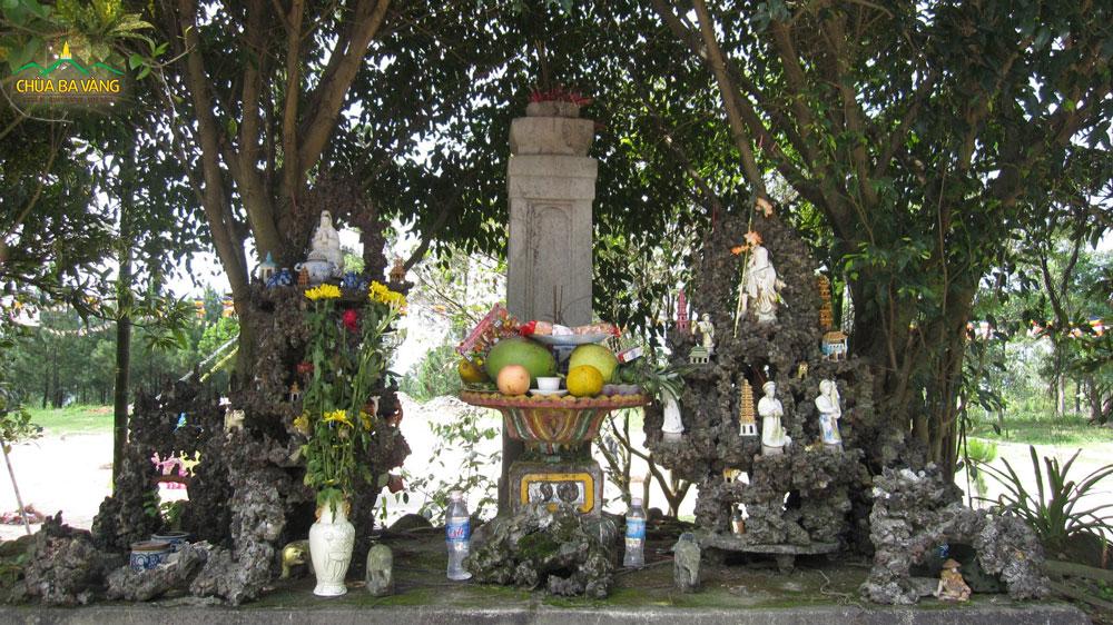 Cây hương bằng đá khắc tên chùa Bảo Quang Tự và tên núi Thằng Đẳng Sơn